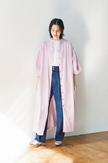 ラベンダー色に心癒される優しい雰囲気のシャツワンピース。ビッグスリーブがとてもおしゃれで、ジーンズの上に羽織れば、アトリエコートのような印象も。春先のお散歩シーンにぴったりのコーディネートです。