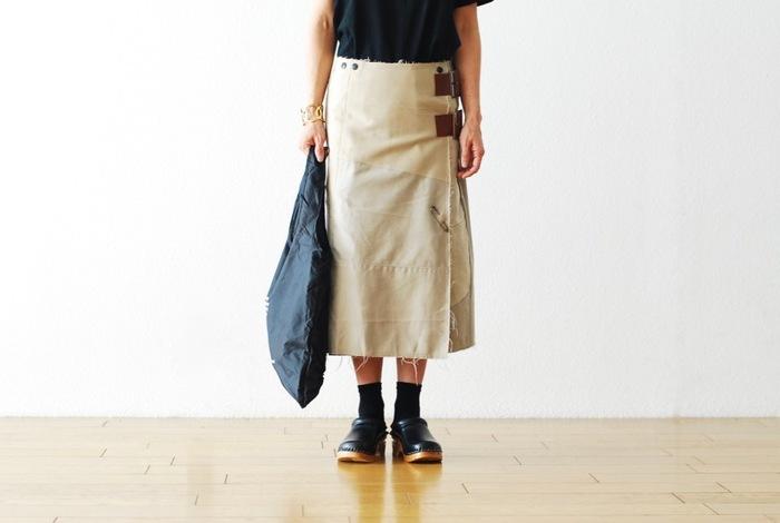 古着を解体し、新たな価値ある服へと再構築する「Rebuild by Needles (リビルドバイニードルズ)」のコレクション。こちらはチノパンを解体しリデザイン&リビルドされたラップスカート。すでに衣服としての存在感は十分で、どう格好良く着こなせるようになるか?がテーマになりそう。なんだか張り合いがあって、こんな服との付き合い方も魅力的だと思いませんか。