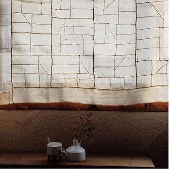ミョンジュという明紬で作られたポジャギです。やわらかな艶があり、とても上品。  包んだり、覆ったり、なんにでも使えるポジャギですが、窓辺にかけてカーテンのようにするのが特におすすめ。光と風をはらんで、ふわりと優しく空間を彩ります。