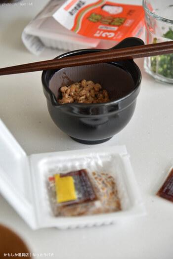 納豆を食べるとき、納豆を混ぜる前にタレを入れるか、後に入れるかで味の感じ方が変わるのをご存知ですか?  納豆のタレは、混ぜた後に入れた方が、旨みが全体に行き渡って美味しいといわれています。