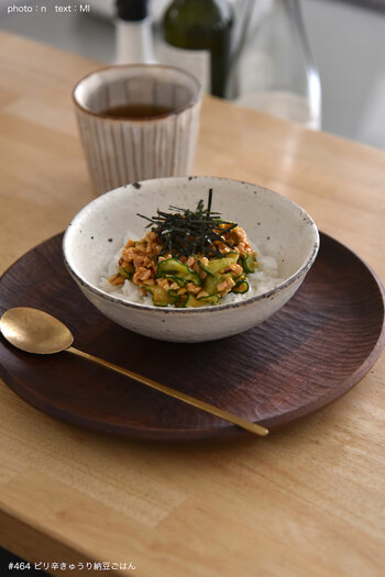 納豆菌のナットウキナーゼは50度を超える熱で、活性が弱くなります。炊き立てのアツアツごはんの上に直接、納豆をのせてしまうと、せっかくのナットウキナーゼが弱ってしまうことに…。  納豆をのせるのは、「ご飯を少し冷ましてから」がオススメです。  あるいは、納豆とごはんを別々に口に運ぶようにしましょう。