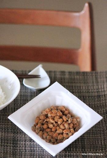 女性ホルモンに似た働きをするイソフラボンが豊富に含まれていることでも知られる納豆。イソフラボンの効果的な摂取を考えるなら、1日1パックまでにするのがおすすめです。  イソフラボンの安全な一日摂取目安量の上限値は「70~75mg」とされており、これは納豆約2パック分に相当します。  日本人は、日常的に味噌や豆腐、豆乳などイソフラボンを摂取する機会が多いので、1日1パック程度にすると安心です。