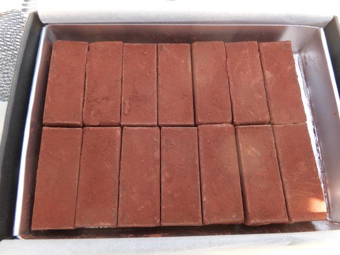チョコレートの世界大会での優勝経験があるパティシエ・平井茂雄さんのお店「L'AVENUE」。「ランゴショコラ」は、芳醇なカカオの香りと滑らかな口溶けが楽しめる生チョコです。