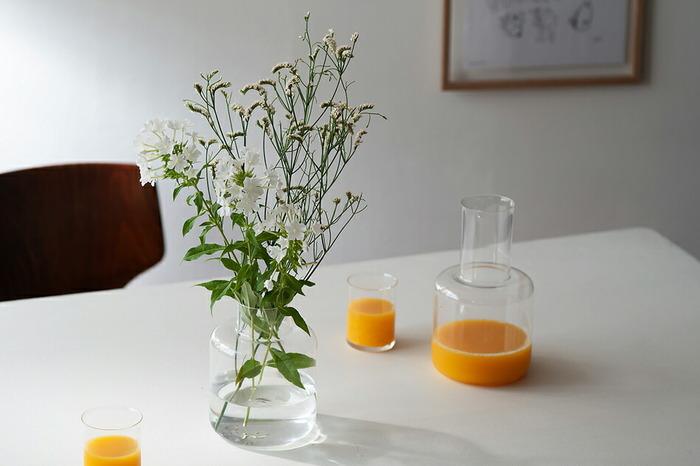 かつてマリメッコのフラワーベースを手掛けていたスウェーデンデザイナー「カリーナ・セス・アンダーソン」によるベースとカラフェ。こちらはそれぞれ別販売となりますが、無駄を省いたシンプルなこの2つをテーブル上に並べたときの佇まいはとても素敵!インテリアに程よい抜け感を与えてくれます。