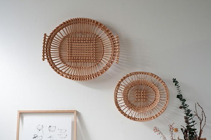 このバスケットは強度があるためもちろん実用性抜群です!フルーツやパンを乗せて食卓に並べたり、食器やふきんの収納等様々な用途でお使いいただけます。そして特におすすめの使い方は写真のように壁に飾ってインテリアとして楽しむということ。工芸品としてのこだわりとあたたかみが感じられる空間となりそうです。