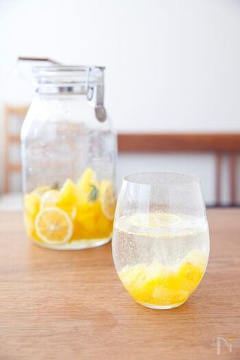 比較的お手軽に手に入るパイナップルとレモンでシロップ作り。コクのある甘さとほど良い酸味がたまらない美味しさです。 炭酸割りと相性抜群◎シュワっと爽やかな味わいを楽しみましょう。