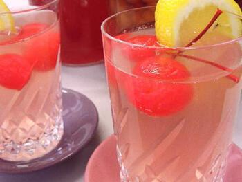 さくらんぼとレモンをトッピングしたさくらんぼシロップは、どこか懐かしく、喫茶店メニューのよう♪ 爽やかな酸味があとひく美味しさ。見た目にも涼やかで可愛らしい色合いです。  保存は、常温だと酸味が増すため、冷蔵庫がおすすめなのだそう。