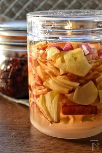 りんごの大量消費にも持ってこいのアップルジンジャーシロップ。りんごの深い甘さとジンジャーのさっぱりとした苦味が美味しい相乗効果を生み出します。  体を温める効果があるといわれる生姜と、免疫力を高めるといわれるりんご。 寒い冬には、お湯割りで、夏には炭酸割りで、季節それぞれに美味しさが引き立つシロップです。