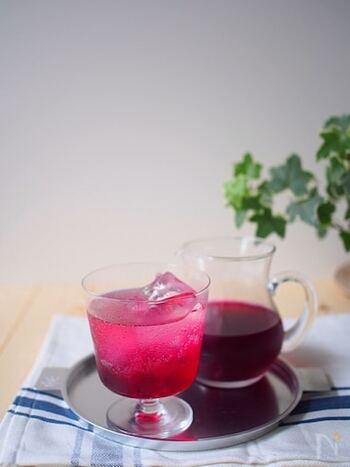 美しい紫色がワインのよう。お水や炭酸で割ることで、透明感のある紫色にはっとするほど。 飲んでいると優雅な気持ちになれそうですね。 こちらのレシピは、きび砂糖使い、甘さも控え目にした身体のことを考えたレシピです。 夏の手仕事として挑戦してみてはいかがでしょうか。