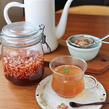 ざくろの鮮やかなルビー色がとっても美しいシロップ。長持ちさせたい時は、実を取り除きシロップを煮詰めておくといいそうです。残った実は冷凍保存も可能です。水やお湯で割るのは勿論ですが、紅茶に入れると、とっても美味しいんだとか!