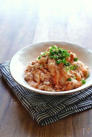 大根おろしとキムチ、納豆を和える簡単和え物。ポン酢とマヨネーズでさっぱりコク旨な和え物に仕上がります。  火を通さないので、熱に弱いナットウキナーゼもしっかり摂ることができる、とてもヘルシーなひと皿です。