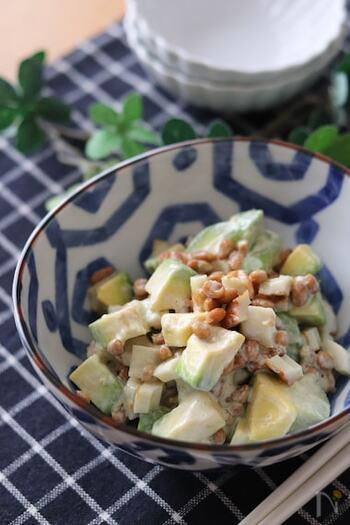 アボカドと納豆とちくわの簡単サラダ。わさびとマヨネーズでまろやかな風味を出しています。切って和えるだけなので、あとひと品欲しいときにも使えるスピードレシピです。  子どもと一緒に食べるときは、わさびを控えめにするのがおすすめ。