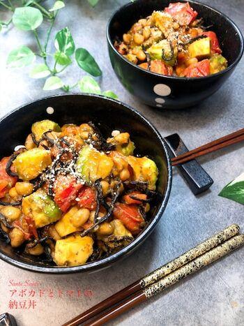 納豆にアボカド、トマトとひじきを合わせた丼です。カラフルで視覚からも食欲をそそります。  アボカドにはレモン汁をふって、変色を防ぎましょう。つーんとしたわさび醤油がよく合いますね。