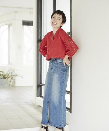 タイトなデニムスカートは、カジュアルでありながら大人っぽいアイテム。だからこそポジティブな印象のビタミンカラーで親しみやすさとカジュアルさを追加。
