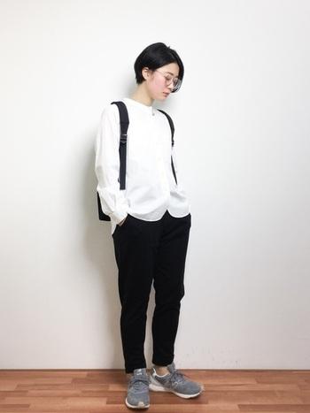ノーカラーのシャツは真っ白で清潔感溢れるデザイン。それに応えるように、黒いパンツでモノトーンコーデに。中間色のグレーのスニーカーでコントラストを中和させましょう。