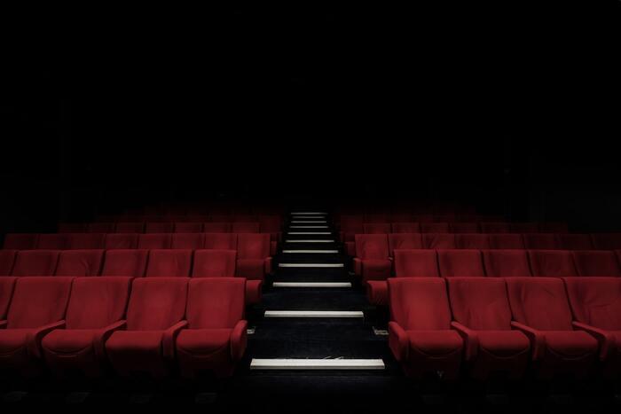 テルマエ・ロマエや翔んで埼玉といった話題作を生み出す武内英樹監督作品で、綾瀬はるかと坂口健太郎によるコメディ要素もたっぷりなファンタジックラブロマンス映画です。