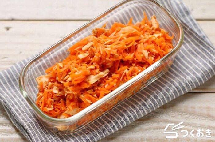 千切りにしたにんじんをレンジで加熱し、ツナと調味料と混ぜるだけで完成の「にんじんのツナごま和え」。常備菜としていざという時に便利なおかずです。