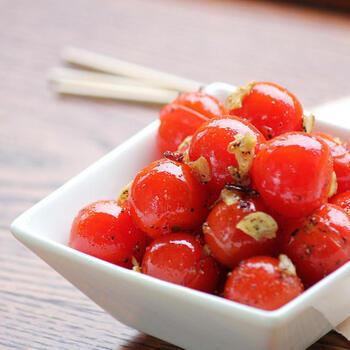 ミニトマトの鮮やかな赤が食卓に映える「ミニトマトのガーリック炒め」。にんにくや鷹の爪と一緒にミニトマトをオリーブオイルで軽く炒める簡単レシピ。