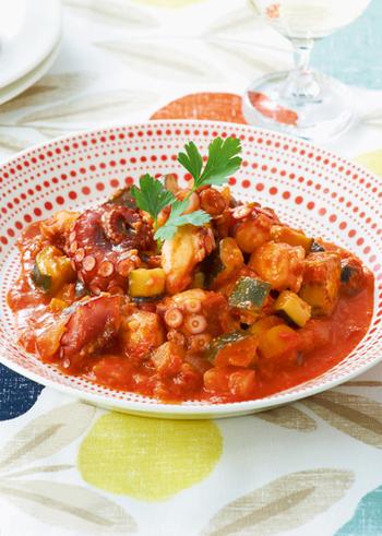 旨みたっぷりの「タコの塩こうじトマト煮込み」。塩こうじをタコに漬け込んだのみのシンプルな味付けで、ズッキーニ、パプリカ、ホールトマトなどで煮込むだけのお手軽レシピです。