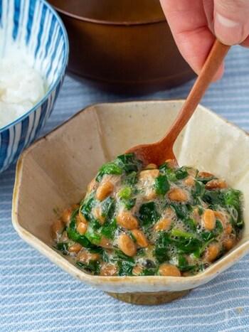 腸内環境の改善の手助けをしてくれるモロヘイヤと納豆を合わせた最強レシピ。何か物足りない時にプラスアルファするのもいいですね。柚子胡椒のピリッと感がご飯との相性も抜群ですよ!
