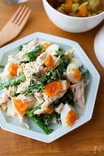 彩り豊かでおしゃれな『チキンとブロッコリーのデリ風サラダ』。ブロッコリーがゆで卵の鮮やかな黄色を引き立てて鮮やか。栄養たっぷり!メインにもしたいサラダです。