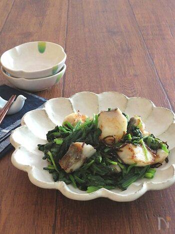 高タンパク&低カロリーのたらは健康に◎ 栄養価が高く、食物繊維も摂れるほうれん草をたっぷり使った、バターが心地よく香る贅沢レシピです。おうちでお魚料理に困った時の救世主になってくれそう。