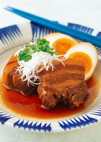 ニョクマムやナンプラー、シーズニングソースで作るエスニックな香りが食欲をそそるベトナム風の角煮。これらの調味料はエスニック料理の万能調味料なので、おうちにあるとエスニックレシピを気軽に作れて便利かも。