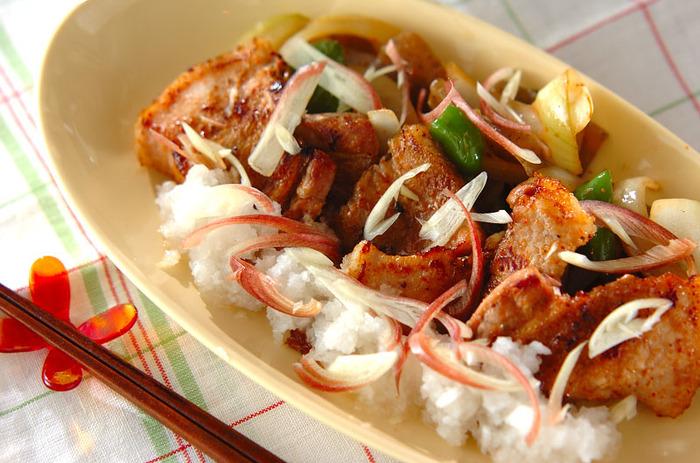 ピリッと効いた七味が食欲をそそる、豚バラ肉の七味焼き。大根おろしやみょうがも入り、大人の味わいに仕上がります。