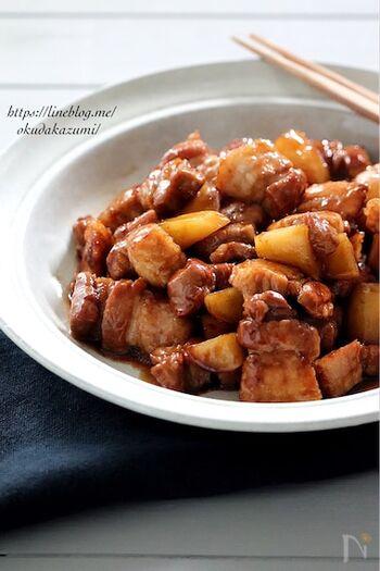 豚バラブロック肉と相性バッチリのじゃがいも。オイスターソースでこってりとコク旨の味付けは、おかずとして、おつまみとして、またはご飯に乗せて丼にしてもおいしくいただけます。