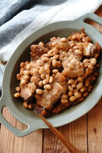 野菜との組み合わせもおいしいけれど、大豆と組み合わせても満足の一品になります。ボリュームたっぷりなので、もしお肉が残ったら、刻んで炊き込みご飯に。一品で2日分のレシピになる節約レシピです。