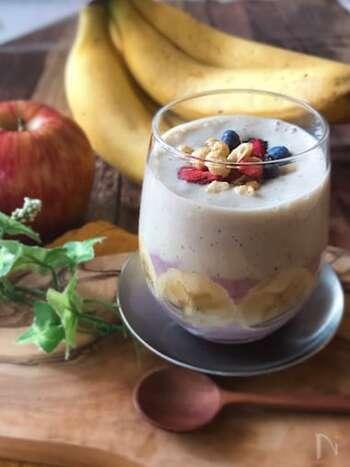 完熟バナナを使ったバナナスムージー。ポイントは、砂糖は使用しないこと、そして無調整豆乳を使うこと。  バナナの自然な甘さを生かし、大豆の含有量が多い無調整豆乳を使用することで、より健康的なスムージーに仕上がります。忙しいけど、美味しく栄養を摂って腸内環境を整えたい方必見です!
