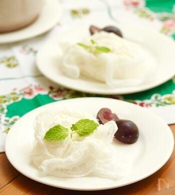 リコッタチーズと水切りヨーグルトを使ったデザート。ヨーグルトを水切りする際は、コーヒー用のペーパーフィルターを使って2時間ほどしっかり水切りするのがポイントです。