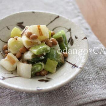 香ばしく焼き目をつけたねぎと納豆を塩麹で和える和え物です。それぞれの素材の旨みをじっくり堪能できるシンプルなひと皿。  ねぎにはしっかり目に焼き目をつけると、より美味しくなりますよ。