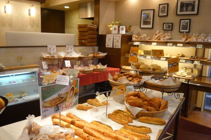 ハイカラな街・神戸には洋菓子だけでなくパン屋さんも老舗のお店がたくさん!中でも有名なのが1946年(昭和21年)創業の「イスズベーカリー」です。食パンやバゲットの他、お惣菜パンもお取り寄せ可能。特に、細長いフランスパンに粗びきソーセージが詰まった「トレロン」が人気。