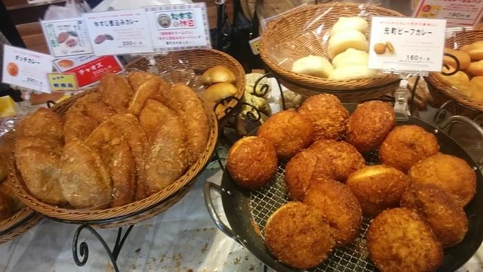 パンの種類が豊富で、カレーパンだけでも4種類!「スコッチエッグカレー」と「牛すじ煮込みカレー」はメディアでもよく取り上げられる看板商品です。