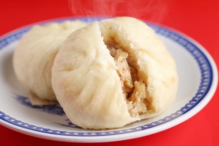 中華街がある神戸。「三宮一貫楼」は老舗の中華料理店で、店頭で売られる豚まんが看板メニューになっています。フワフワした皮の中に詰まった豚肉がジューシー!玉ねぎの甘みも◎