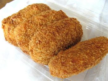 神戸の食べ歩きグルメとして有名なのが「森谷商店」のコロッケ。牛肉の旨味と玉ねぎの甘みが感じられ、60年以上地元の人に愛され続けています。ごく薄い衣に、牛すじ肉のコリコリした食感がアクセントに。