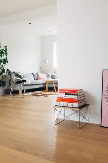 1つ目のルールにして、絶対に守りたいルールが、床やラグなどの上に物を置かないこと。床は収納場所ではないので、どんなにきれいに置いてもアウト。特に、ローテーブルで座って生活している人は要注意ですよ。もしどうしても床に置く物がある場合は、きちんと定位置を決め、ボックスなどに収納できるものは収納しましょう。