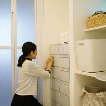 冷蔵庫の中や引き出しの中などでも、便利なトレイを使ってカテゴリ分けをするのがおすすめ。また、立てられるものは立てて収納するだけで、スッキリ度やきれいさが変わります。ラベリングをして戻す場所が見えるのは、子どものお片付けにも有効な方法です。家族も一緒に片付けの習慣をつけられれば、負担も軽くなりそうですね。