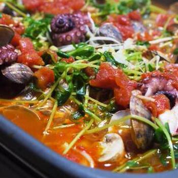 トマトベースの洋風お鍋のレシピです。たっぷりのシーフードでダシも染み出すので、ベースはトマト缶とコンソメでOK。お好みで塩コショウ、チーズをプラスしても良いかも。