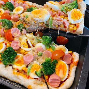 ソーセージやゆで卵など、子供の好きな具材がたっぷり♪見た目もカラフルで可愛いピザレシピです。オーブンで焼くより、底はカリカリ中はふわっと仕上がります。