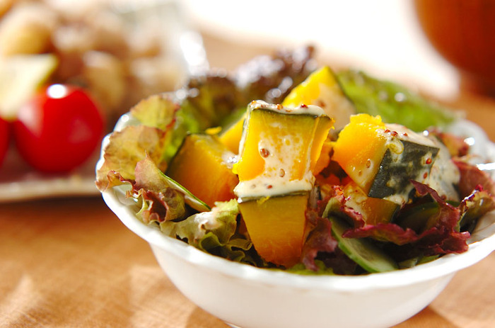 そうめんチャンプルーだけでは、ちょっと野菜が少ないかな、というときはサラダをプラス。甘みのあるカボチャのサラダはお子さんにも人気です。