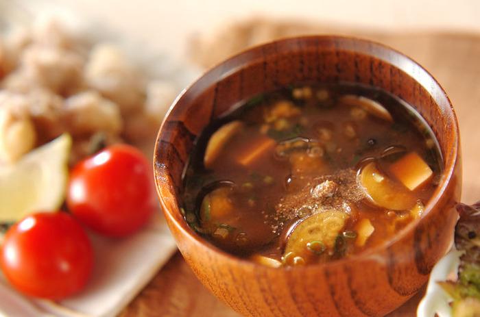 献立全体にボリュームを出したいときは、スープ系がおすすめ。簡単に作れるので時短にも◎。そうめんと相性のいい茄子のお味噌汁なんていかがでしょう。粉山椒で香りも良く食欲がわきます。