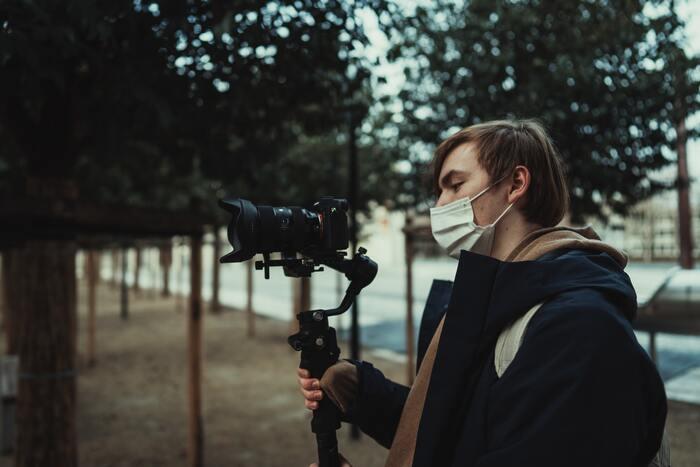ジンバルの目的でありメリット、それが動画の動きをなめらかにすること。カメラを手で持って撮影するとどうしてもブレてしまいますよね。ジンバルは取り付けたカメラを常に定位置にあるよう維持するシステムなので、動画がとてもなめらかになるんです。その違いは一目瞭然ですよ。