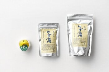 徳島県のゆずの産地、木頭地区でとれる無農薬のゆずの皮を使用した入浴剤です。香料や添加物などは一切加えずに、ゆず本来が持っている優しく豊かな香りを生かして作られています。