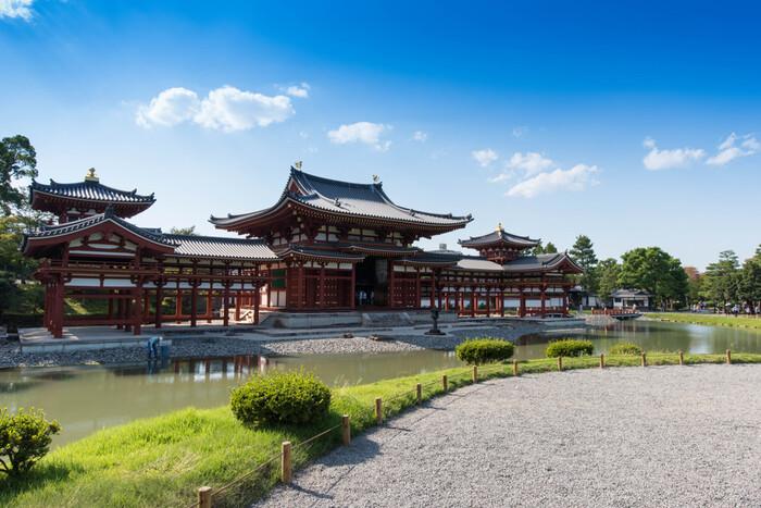 京都・観光文化検定は、京都の歴史や文化、暮らしなど幅広い分野で、知識を問う検定です。検定級は1級、2級、3級の3種。1級を受けた場合のみ、正答率によって準1級に認定するシステムが2019年からスタートしました。1級の難易度が非常に高いので、その救済措置として始まったようです。  楽しく勉強できるように配慮された検定で、事前にテーマの一部が公開され、集中的に勉強するというユニークな仕組みもあります。前回のテーマは、以下のものでした。  3級テーマ 「明智光秀とその時代」 2級テーマ 「京都のスポーツ文化」 1級テーマ 「河川と橋梁」   各級、10問が事前テーマから出題されます。事前にテーマを教えてもらえたら、深く追求して勉強できそうです。