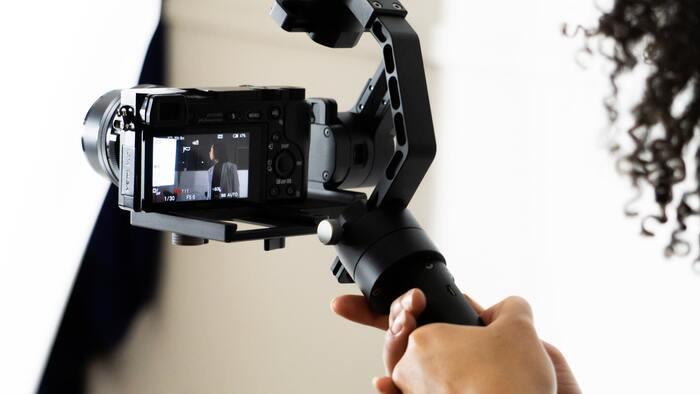 ジンバルを使った動画撮影のコツは、カメラだけでなく自分も動くことです。被写体をアップにするためにズームを使うのは、動画撮影ではあまりおすすめしません。動画内で画質が変化してしまいますし、ズームのときのぎこちない動きがせっかくのジンバル撮影を少し残念にしてしまうから。