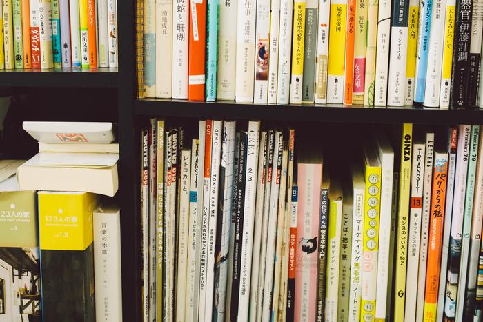 小説やエッセイなど、たくさんの本が並んでいました。