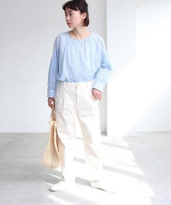 白のデニムパンツに、ストライプの青ブラウスをタックインしたコーディネートです。足元も白で揃えて、白×青の爽やかなカラーリングでまとめています。カジュアルながらも、きちんと感のある上品コーデに。