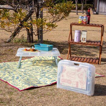 テーブルとレジャーシートがセットになり、コンパクトに収納できるのでピクニックに重宝します。2つを組み合わせれば広々と使えます。角が丸くなっているので小さなお子さまが居ても安心。テーブル上部が少しヘリになっているので物が落ちにくい構造になっています。ゴミ袋をひっかけるフックがあるのも便利ですよ。